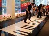 Игра на фортепиано ногами